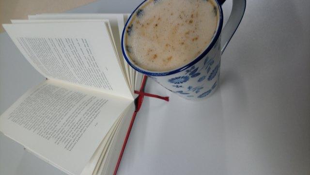 Kaffee mit Buch