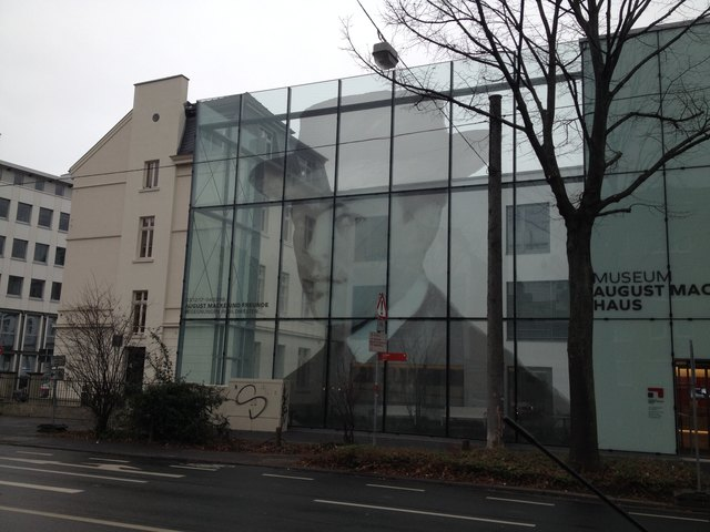 Links das alte Macke-Haus, rechts der Anbau mit Macke-Portrait auf der Glasfassade.