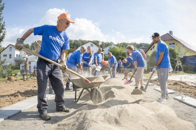 Fleißige Helfer in blauen Shirts: Am 15. September packen sie bei Deutschlands größtem Freiwilligentag wieder mit an. Projektanbieter registrieren ihre Vorhaben ab sofort auf www.wir-schaffen-was.de.