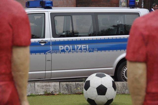 Die Polizei hatte mehrfach Einsätze rund um die Zweitligabegegnung FCK - Regensburg