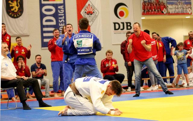Luca Bößer gewann seinen Kampf dank sehenswerter Wurftechniken und wurde von seinem Team begeistert gefeiert.