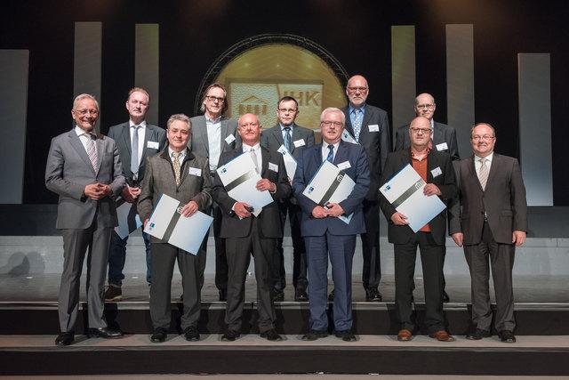 Gruppenfoto der Prüfer, die für ihre 30jährige Prüfertätigkeit mit den Ehrenpreisen ausgezeichnet wurden, gemeinsam mit IHK-Präsident Wolfgang Grenke (1.v.l.) sowie Alfons Moritz, stellv. IHK-Hauptgeschäftsführer (1.v.r.)