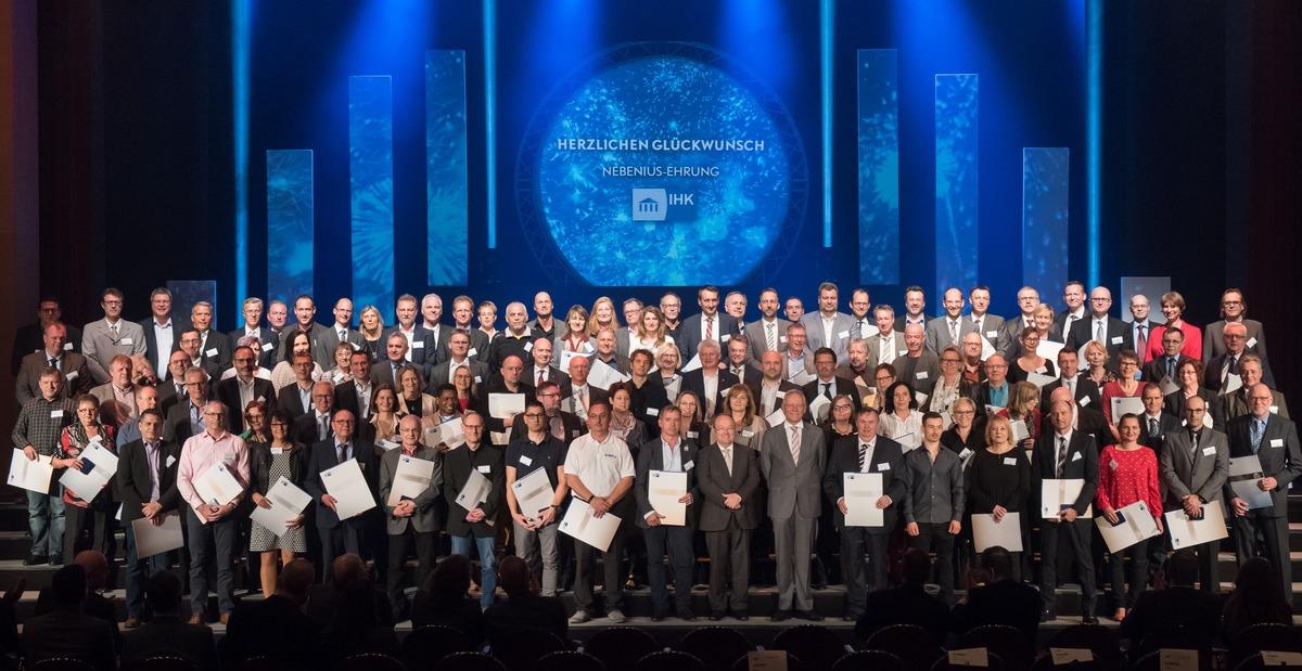 Gruppenfoto der Prüfer mit IHK-Präsident Wolfgang Grenke sowie Alfons Moritz, stellv. IHK-Hauptgeschäftsführer