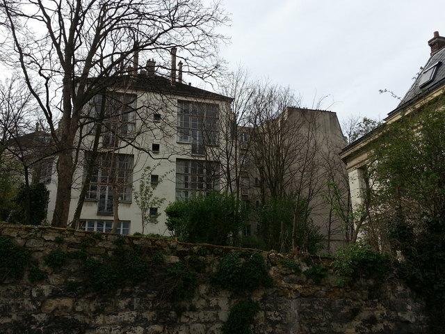 Eine Gegend, die geradezu Kunst atmet - und in der alle großen Künstler schon waren: Atelierhaus auf dem Pariser Montmarte.