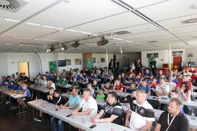 Bis auf den letzten Platz gefüllt: Der FCK-Presseraum bei der Auslosung der AOK-Mini-WM-2018