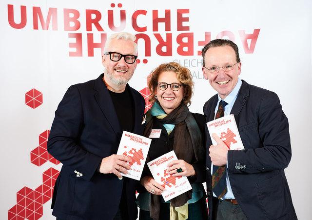 Freuen sich auf das Programm (v.l.): Peter Spuhler, Generalintendant des Staatstheaters Karlsruhe, Kulturamtsleiterin Susanne Asche und Bürgermeister Albert Käuflein
