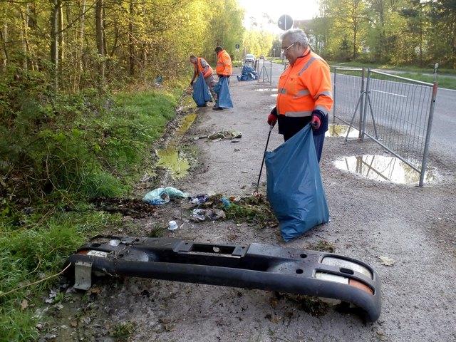 Seit Montag sind Mitarbeiter vom Baubetriebshof im Einsatz, um den wilden Müll aus der Landschaft zu holen.
