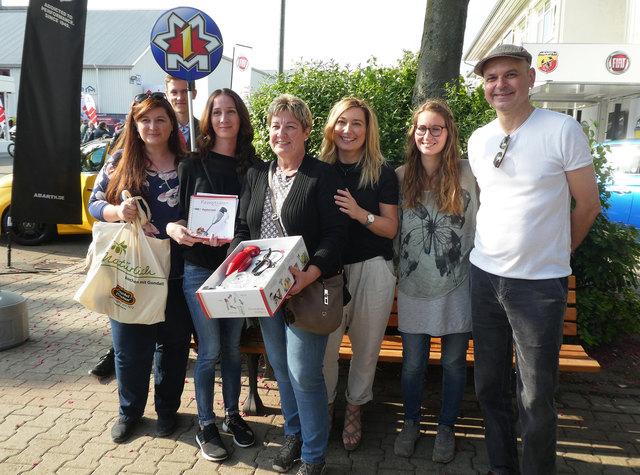 Die glückliche Gewinnerin Anette Böttcher (3. von links) mit ihren Töchtern, Sabine Niederschweiberer von Gundel Pfannen mit Tochter sowie Christian Helbock von der Firma Erich Adam.
