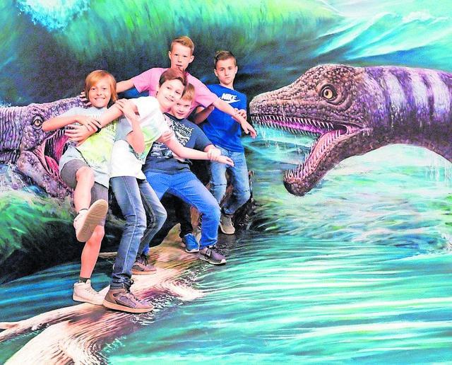 """Blick in die Sonderausstellung """"Einfach tierisch!"""" in den Reiss-Engelhorn-Museen. Die Besucher werden selbst Teil der Szene und vervollständigen große Tierbilder. Auf diese Weise entsteht ein überraschender 3D-Effekt."""