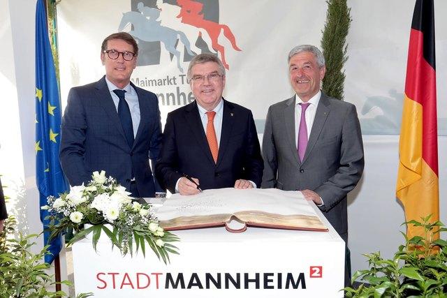 Eintrag ins Goldene Buch der Stadt Mannheim: Michael Grötsch, Dr. Thomas Bach und Peter Hofmann (von links).