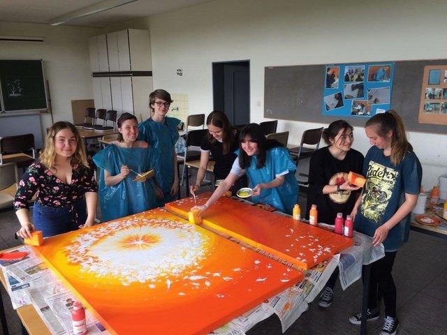 Schüler des Max-Planck-Gymnasium gestalten ein Bild für den Abschiedsraum im Klinikum.