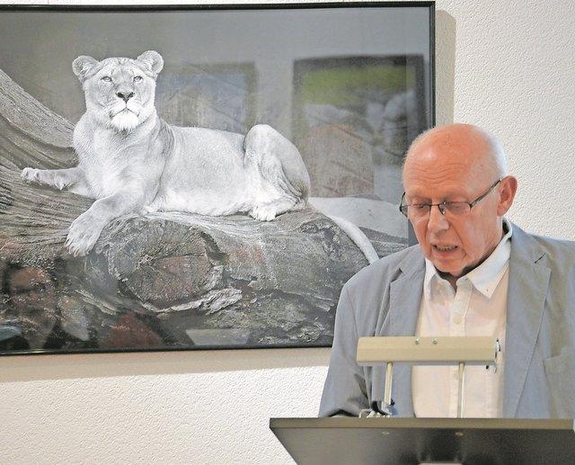 Hartmut Petrus vor einem seiner Schwarz/Weiß-Fotografien.