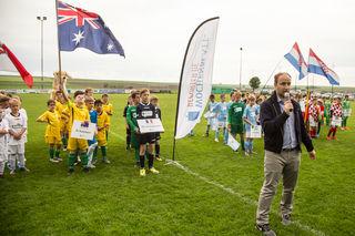 Der Cheforganisator vom Wochenblatt Tobias Ehrenberg begrüßte Spieler und Gäste auf dem Platz des TuS Stetten.