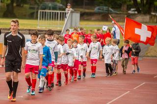 Einlauf für das Finalspiel der Gruppensieger: JSG Römerberg als Schweiz.