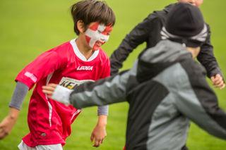 Noch beim Warmmachen - Spieler des SFC Kaiserslautern mit dänischer Flagge im Gesicht.