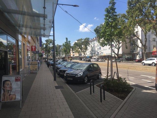 Rheinstraße nach Osten - genügend Parkplätze