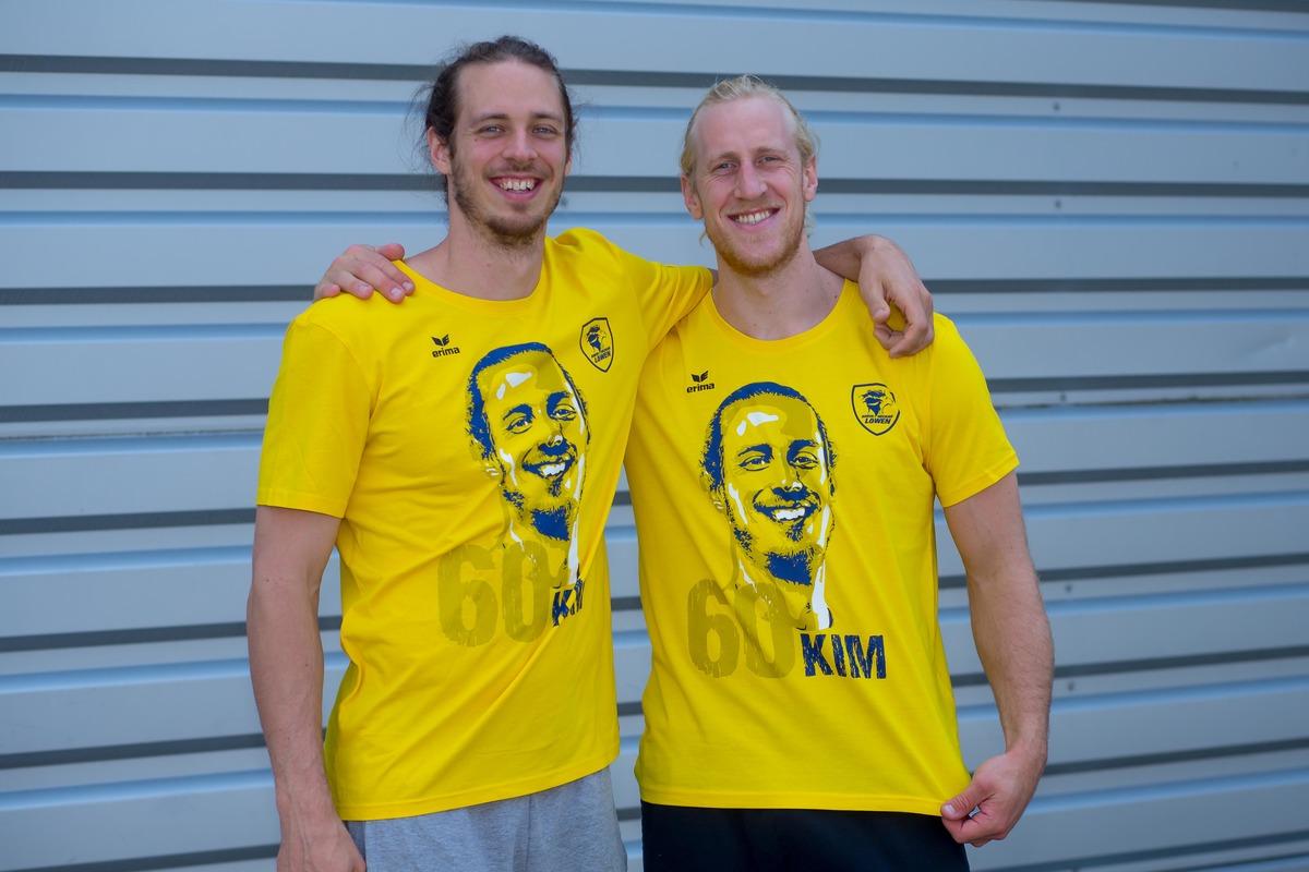 Kim Ekdahl Du Rietz und Mikael Appelgren im Spenden-T-Shirt