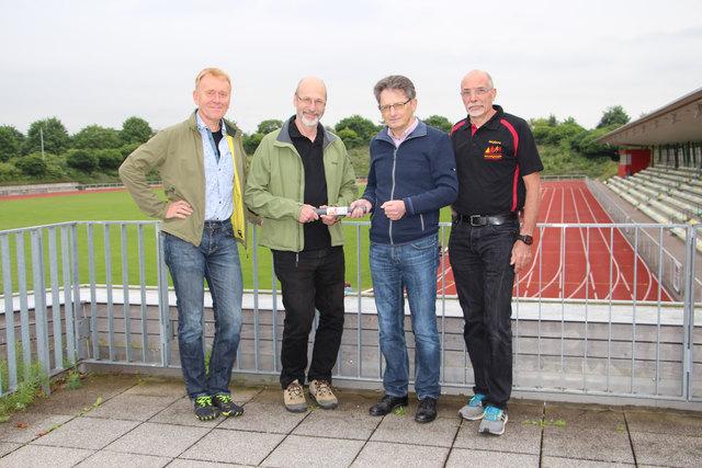 Symbolische Staffelstabübergabe im Carl-Kaufmann-Stadion (v.l.): Fried-Jürgen Bachl (Geschäftsführer), Bürgermeister Klaus Stapf (ehem. Vorsitzender), Norbert Wein (neuer Vorsitzender), Wolfgang Möck (stellv. Vorsitzender).