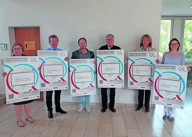 Bürgermeister Baaß und seine Mitstreiter präsentieren die Plakate zur Interkulturellen Woche.