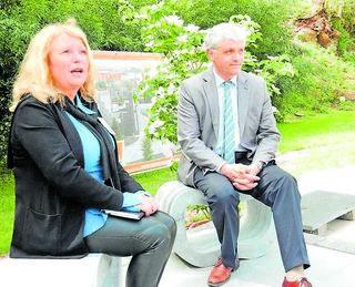 """Margit Metzger vom """"AgenturHaus"""" und Oberbürgermeister Dr. Bernhard Matheis beim Probesitzen auf den eleganten Marmormodellen im Schaugarten. Foto: Kling"""
