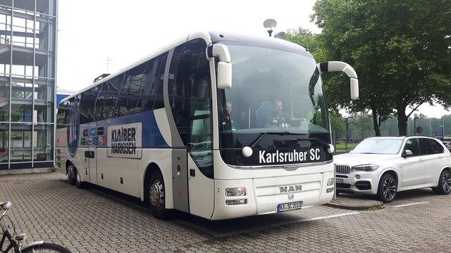 Der KSC-Bus ist unterwegs Richtung Aue
