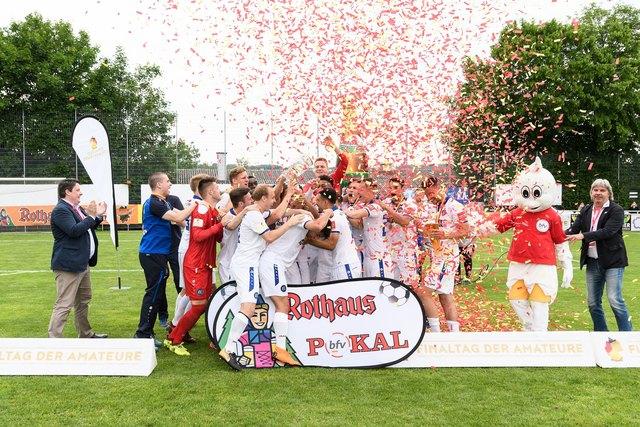 """Freude: Der Karlsruher SC holt sich den """"bfv-Rothaus-Pokal"""""""