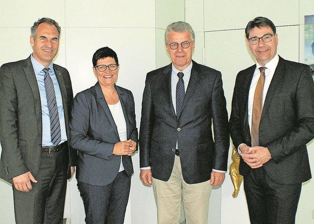 Landtagsabgeordnete Christine Schneider, Landrat Dietmar Seefeldt (links) und Oberbürgermeister Thomas Hirsch (rechts) haben im Kreishaus gute Gespräche mit dem Botschafter Gerhard Küntzle geführt.