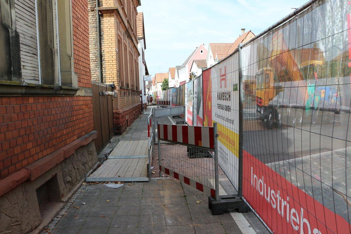 Fußgänger können den Weg derzeit zwar passieren, Hausbesitzer aber ihren Hof nicht anfahren.