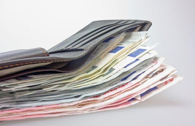 90459f57fbb93 78-Jähriger wird Opfer eines Trickdiebstahls. Geldwechsel-Trick  Frau  stiehlt 1.500 Euro
