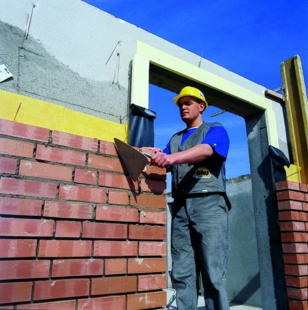 maurer bauen ganze h user ob aus steinen beton oder anderen materialien stein auf stein und