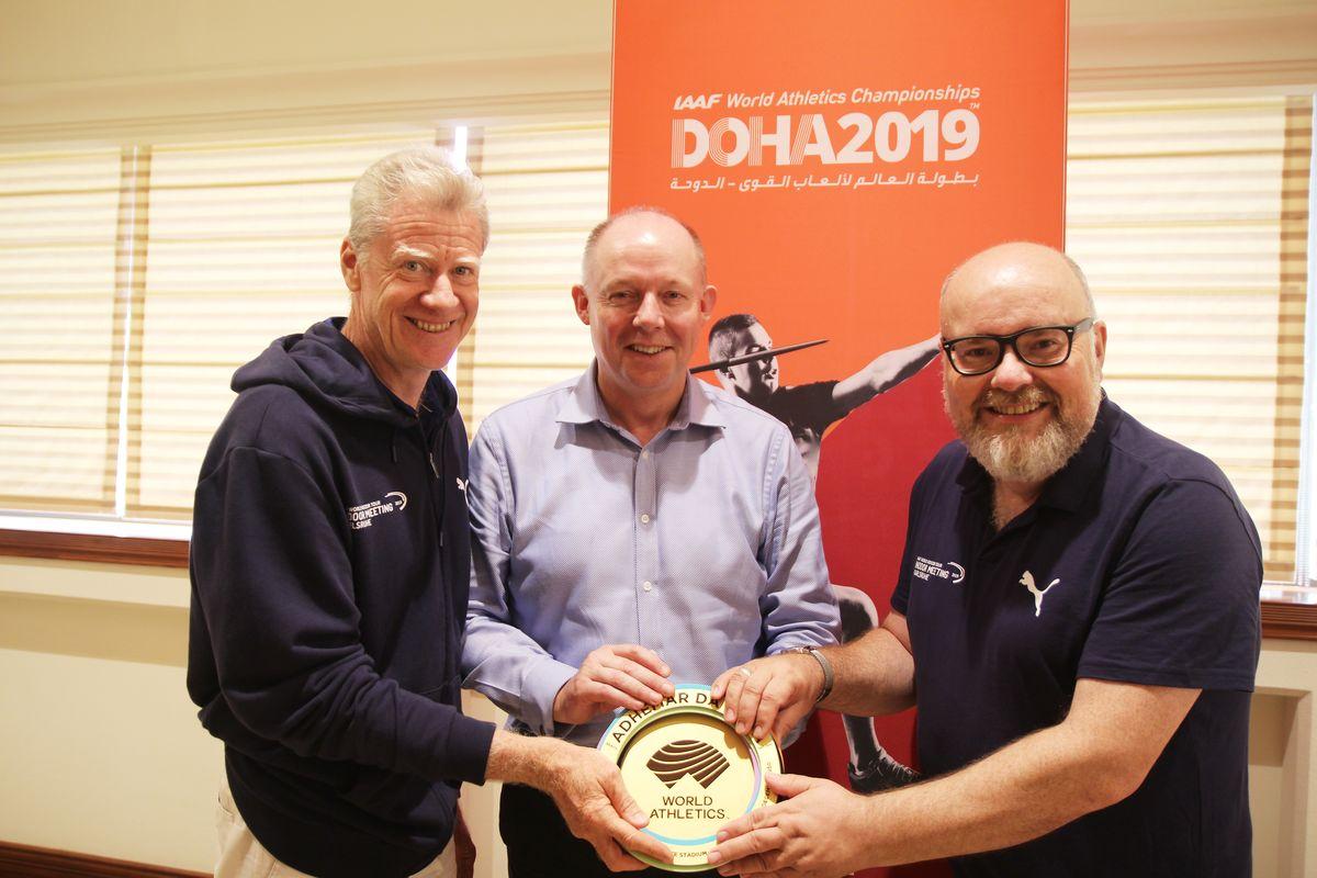 Gespräche am Rande der WM (v.l.) Alain Blondel, Chris Turner, Direktor IAAF Heritage, und Martin Wacker in Qatar.  Foto: jowapress.de