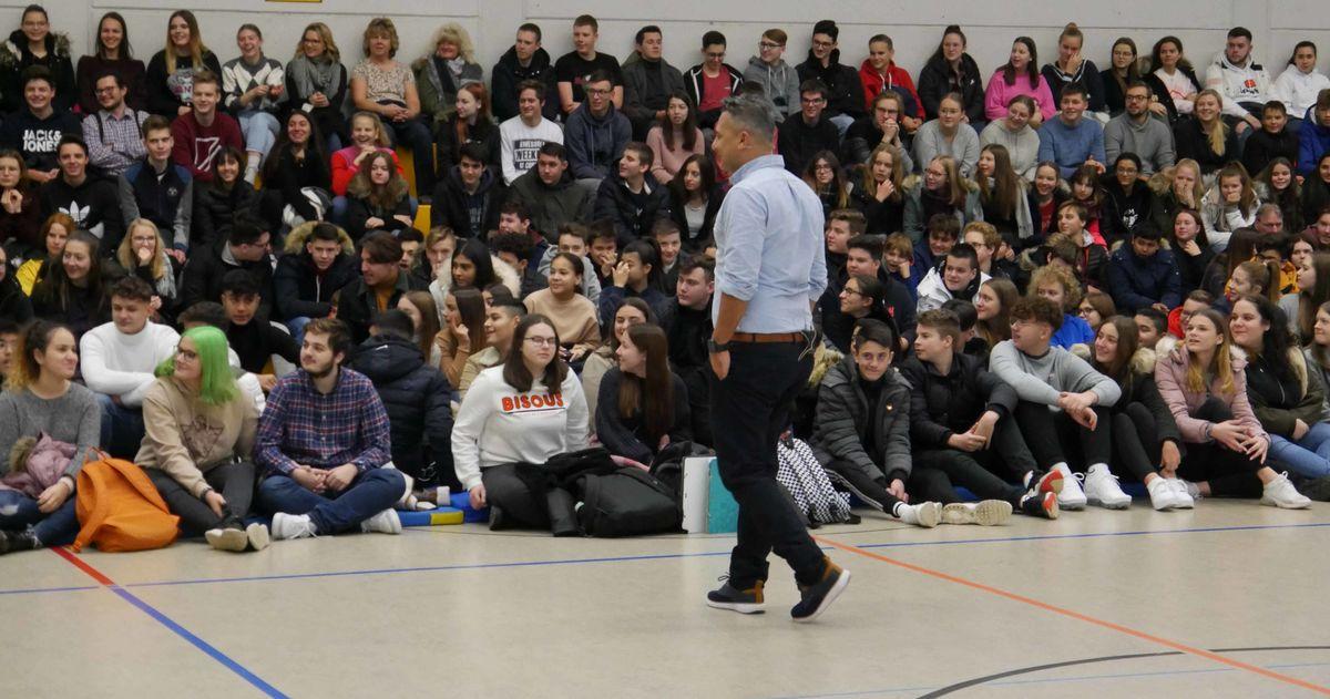 """""""Lebe Deinen Traum!"""" – Der Stand- Up- Comedian und Motivationscoach Osman Citir verabreicht Schülern eine Motivationsspritze vor Weihnachten"""