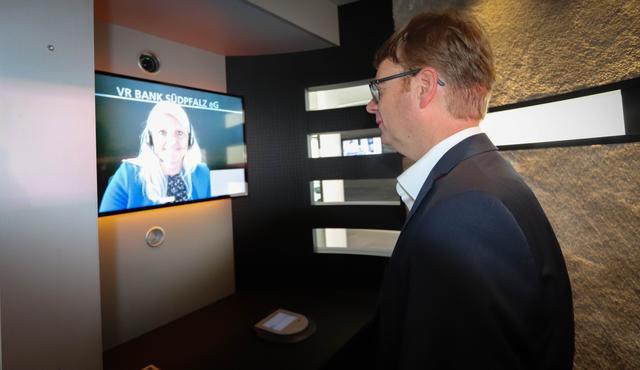Anggota Bundestag Dr. Thomas Gebhart sedang menguji saran melalui VR-SISy pada awal kerjasama antara VR Bank Südpfalz dan AOK Rheinland-Pfalz / Saarland di Ottersheim dekat Landau di Palatinate.