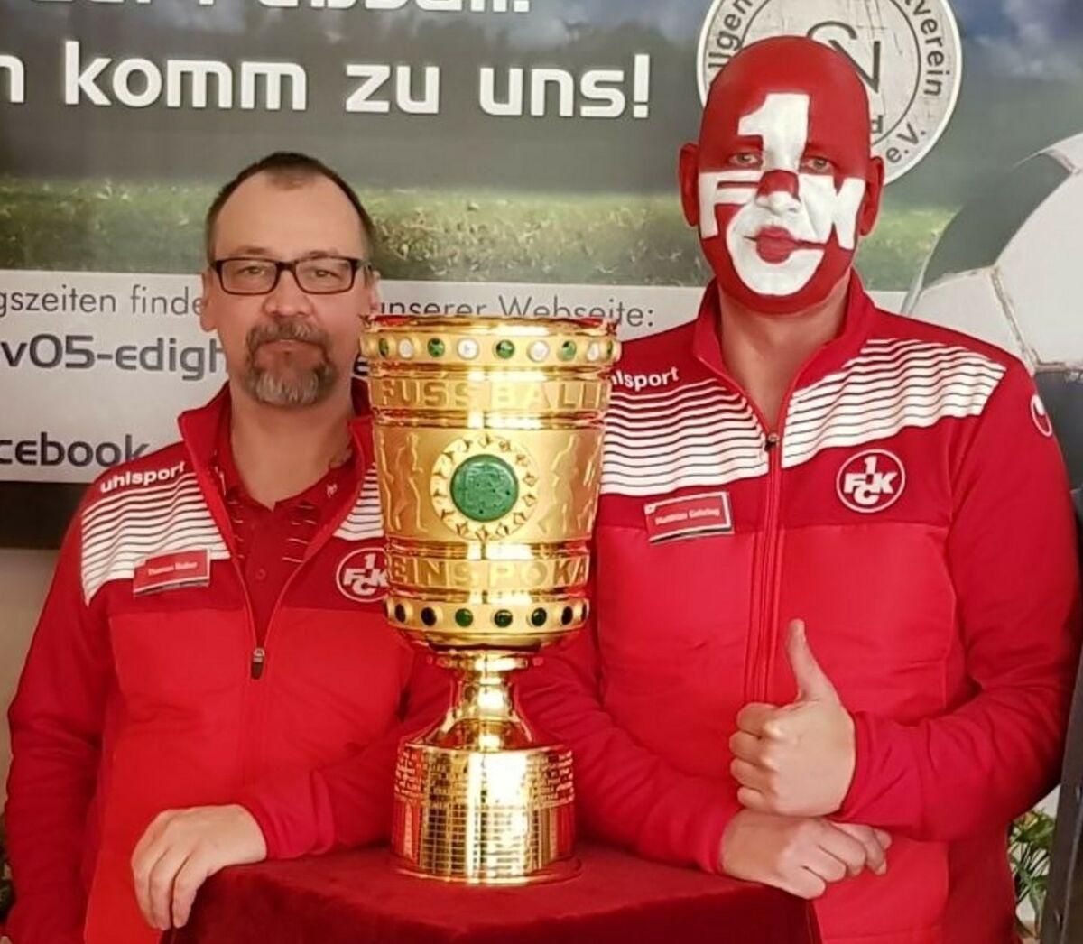 Thomas Huber (links) und Matthias Gehring bei einer Pokalpräsentation beim ASV Edigheim im Jahr 2018.