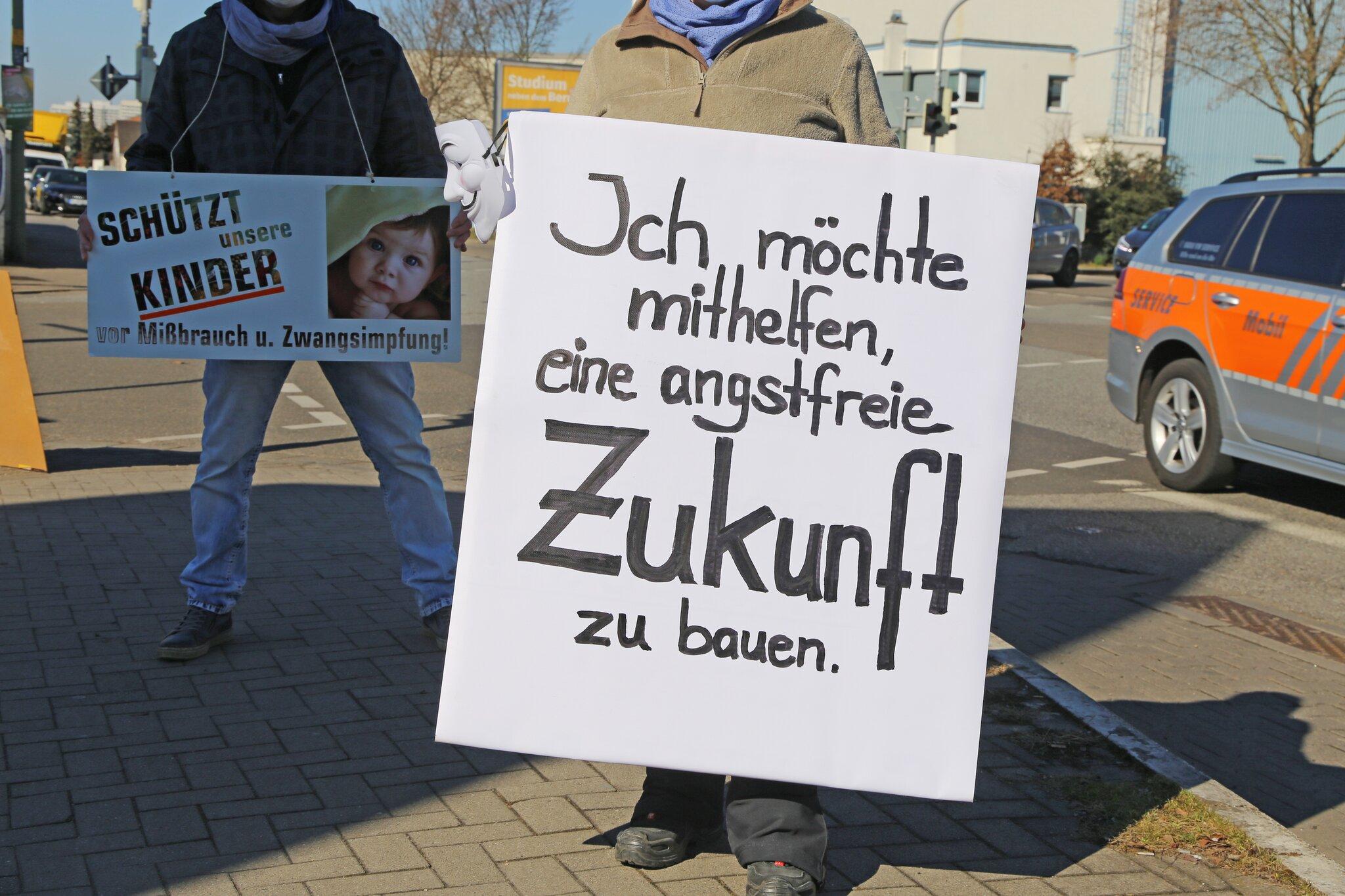 Demonstranten-u-ern-in-der-Industriestra-e-mit-einer-genehmigten-Schilderaktion-ihre-Kritik-an-der-Coronapolitik